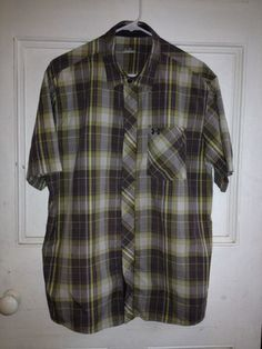 Under Armour Men's shirt in Size L. Short sleeve, nylon, quick dry, lightweight.