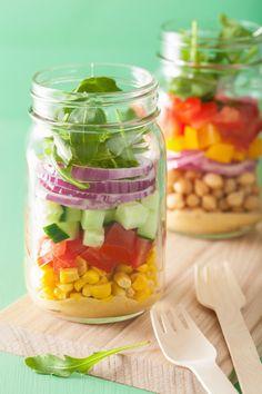 A salada vai ficar mais fresca durante muito mais tempo se você prepará-las em potes de vidro.   Estas dicas simples vão te incentivar a fazer marmita