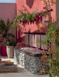 """PATIO ANDALUZ (María Solano)  Trucos para decorar y crear ambientes llenos de luz, color y energía positiva: """"Utilizar muchos colores vivos y a la vez cálidos, con elementos naturales, flores, plantas y piedras como en este caso""""."""