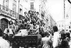 25 de abril - Pesquisa Google Antonio Salazar, History Of Portugal, World Conflicts, Lisbon Portugal, Old Photos, Childhood Memories, War, Black And White, Concert