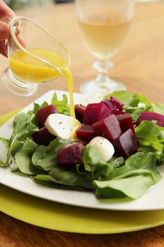 Prepara esta deliciosa ensalada de betabel  con arúgula y queso mozzarella, es una ensalada que se sirve con una vinagreta suave que puede acompañar cualquier verdura u hortaliza.