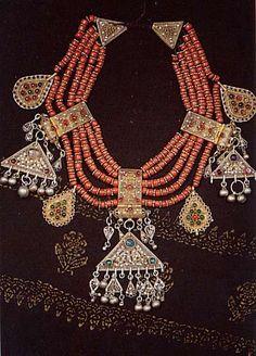 Joias Étnicas... Colar de Coral e Prata, com  pedras em Prata dourada, fabricação iemenita do final do século XIX.
