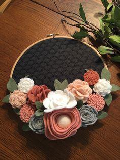 Flowers Diy Flanel 42 New Ideas Felt Flower Wreaths, Felt Wreath, Diy Wreath, Felt Flowers, Diy Flowers, Fabric Flowers, Paper Flowers, Felt Diy, Felt Crafts