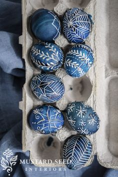indigo pysanky egg tutorial - Miss Mustard Seed - A picture tutorial for indigo dyed Pysanky, or traditional Ukrainian eggs, for Easter or Spring DIY - Easter Egg Crafts, Bunny Crafts, Easter Decor, Easter Ideas, Easter Egg Designs, Ukrainian Easter Eggs, Miss Mustard Seeds, Diy Ostern, Christmas Lights