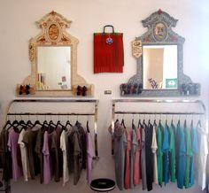 La maleta de Victoria decora gran parte de las estancias del Summer Market Xàbia, arriba dos de su espejos forrados con papel y pintados a mano, abajo selección de camisetas de Soiho Urban Clothes y Vintees, dentro del espacio de Caroline Concept Store.