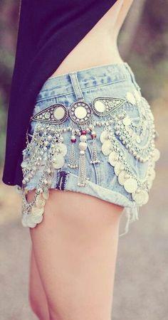 Short jeans com aplicações