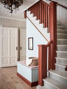 En fin trappa med linoljemålade originalsteg