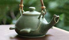 """Ihr seid tierlieb und sucht eine individuelle Teekanne? Dann wäre diese """"Turtle Teapot"""" wie gemacht für euch. Aus Keramik gefertigt, lässt die Schildkröte einen Pfeifton erklingen, sobald das Wasser kocht. Handgefertigt von Putu Oka Mahendra aus Bali. Nett"""