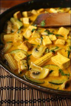Tofua ja kasviksia keltaisessa currykastikkeessa – Ruoka.fi