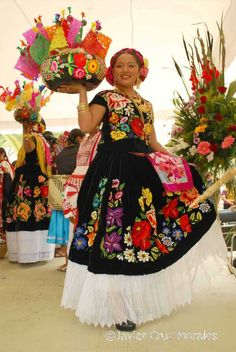 folk dancers in Oaxaca Mexican Costume, Mexican Party, Folk Costume, Traditional Mexican Dress, Traditional Dresses, Mexican Folk Art, Mexican Style, Mexican Dresses, Mexican Clothing