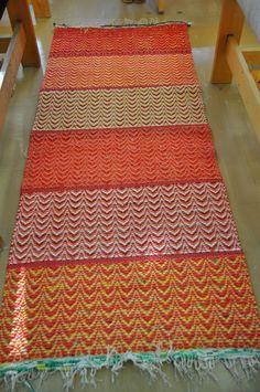 riemunkirjavaa: Aurinkoinen keittiön matto Crochet Flats, Scandinavian Home, Recycled Fabric, Woven Rug, Colorful Rugs, Pattern Design, Hand Weaving, Textiles, Rag Rugs