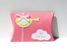 Boîte à dragées oiseau et nuage, coloris rose et vert anis : Autres papeterie par latelierdesconfettis