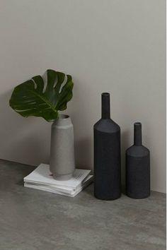 Vase Halla: sculptural. Moderne. Les designers du Studio MADE ont su créer un vase en céramique à la fois audacieux et minimaliste. Parfait pour les intérieurs industriels.