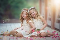 like the flower petals scattered about Little Girl Photography, Sister Photography, Toddler Photography, Sister Poses, Sibling Poses, Kid Poses, Siblings, Little Girl Pictures, Poses Photo