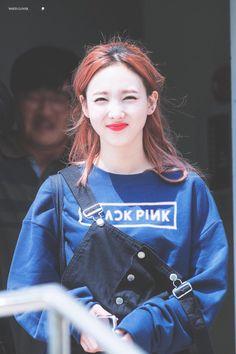 Pera é a menina do twice usando a blusa do black pink ?!?