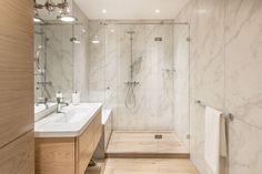 like the wall Steam Showers Bathroom, Bathroom Toilets, Best Bathroom Designs, Bathroom Interior Design, Amazing Bathrooms, Corner Bathtub, Home Deco, Planer, Master Bathroom