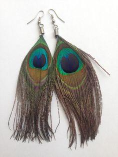 Dieses Paar Ohrringe wurde kunstvoll aus bunten Pfauenfedern gefertigt.  Breite: 4cm Länge: 12,5cm Deine Ohrringe werden dir in einem hübschen Stoffbeutelchen verpackt, zugesandt (falls du sie...