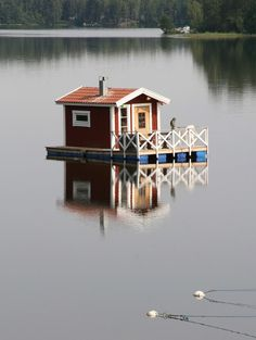 Another shanty boat with a small shed-sized home on the deck and a fenced off area on the front with a small opening for mooring for a smaller boat. Shanty Boat, Houseboat Living, Model Boat Plans, Small Sheds, Pond Design, Floating House, Tiny House Movement, Boat Building, Building Plans