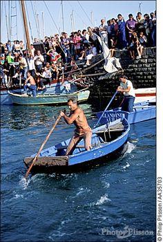 Eric Tabarly à la godille pendant des fêtes du 15 août à la Trinité sur mer