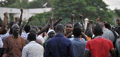 Des Burkinabés se rassemblent place de la Nation à Ouagadougou pour critiquer le coup d'Etat en cours au Burkina Faso, mercredi 16 septembre. (AFP PHOTO / AHMED OUOBA)