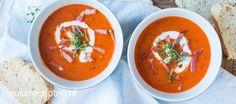 Heerlijke soep van tomaat en paprika in combinatie met krokant gebakken spekjes
