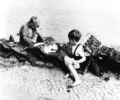 Kinder spielen mit den Überresten eines Panzers in Berlin. 1950.unserjahrgang.de