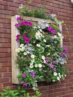 Pallet Wall Planter #vertical #garden #livingwall #greenwall #greendreams Via: http://www.recycled-things.com/decor-art/diy-recycled-pallet-planters/