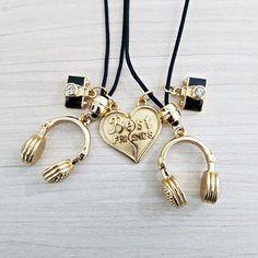 Kit 2 Colares feminino masculino confeccionado em fio de nylon especial (resistente à água) sendo: - Colar pingente metade coração dourado; fone dourado; máq...