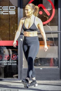 Jennifer Lopez and Alex Rodriguez enjoy a New Year's gym session - Fit and ready for the New Year; Jennifer Lopez flashed her incredibly toned abs during a g… - Jennifer Lopez Workout, Jennifer Lopez Body, Jennifer Lopez Photos, J Lo Fashion, Alex Rodriguez, Gym Style, Sports Bra Outfit, Female Singers, Celebs