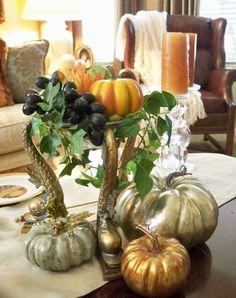 Herbstdeko kürbisse gold silber trauben efeu