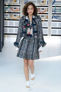 Chanel Spring 2017 Ready-to-Wear Collection Photos - Vogue Fashion Week, Fashion 2017, Runway Fashion, High Fashion, Fashion Show, Fashion Looks, Paris Fashion, Mode Chanel, Chanel Paris
