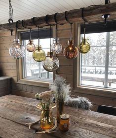 Våre krystallkule-lamper kommer i flere forskjellige farger og størrelser, og med mange ulike slip og dekor! @casachicks har valgt 7 kuler… Rustic French Country, Rustic Farmhouse, Mountain Cottage, Cabin Interiors, New Homes, Chandelier, Ceiling Lights, Shabby, Lighting