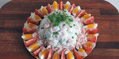 Dejlig nem opskrift på maskeret blomkål med friske rejer, kogte æg, solmodne tomater, fine ærter og den lækreste creme fraiche dressing med dild.