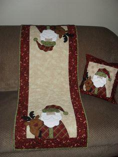 trilho de Natal3 Christmas Tree Quilt, Christmas Wood Crafts, Christmas Quilt Patterns, Christmas Towels, Christmas Runner, Christmas Applique, Christmas Sewing, Diy Christmas Ornaments, Handmade Christmas