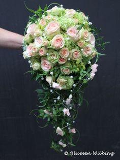 Abfließender Brautstrauß in creme und grün mit Rosen, Schneeball (Viburnum) und Alchemilla. Rosenblätter und Perlen auf Draht zur Verzierung http://blumen-wilking.de