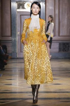 The complete Sophie Theallet Fall 2016 Ready-to-Wear fashion show now on Vogue Runway. Fashion Brands, High Fashion, Fashion Show, Fashion Design, Sophie Theallet, Couture Collection, Fall 2016, Catwalk, Ready To Wear