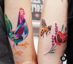 @inkatattoolyon @chicotattooist chez INK'A TATTOO LYON #chickentattoo #colortattoo #funtattoo #inkatattoolyon #beetattoo #poppytattoo #chicken #bee Inka Tattoo, Bee Tattoo, Poppies Tattoo, Watercolor Tattoo, Chicken Tattoo, Lyon, Tattoos, Tattoo Ideas, Good Tattoo Ideas