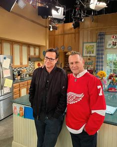 Browse behind-the-scenes photos from the filming of the final episode of Netflix's 'Fuller House. House Season 5, Just A City Boy, Michelle Tanner, Fuller House, Kids Tv, Detroit Red Wings, Friends Tv, Scene Photo, On Set