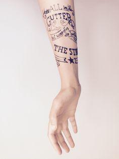 Tatouage femme avant-bras typographie citation