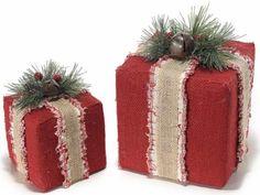 Pacchi dono di Natale decorativi con bacche e campanella in set da 2 pz. Ass. 2 misure  cm 17 x 17 x 21 H Piccolo : 12 x 12 x 15 H