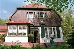 """... und bedichtet. Der Literaturnobelpreisträger Gerhart Hauptmann verbrachte viel Zeit hier und nannte Hiddensee """"das geistigste aller deutschen Seebäder"""". (Gerhart-Hauptmann-Gedenkstätte in Kloster auf Hiddensee)"""