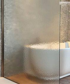 Il vetro per box doccia Kathedral, affascina come la pioggia sui vetri, la sua superficie morbida e crespa gioca sulla nitidezza: più ci si allontana dal box doccia più i contorni all'interno si sfocano. Il mistero non è mai stato così amico della luce. Shower Enclosure, New Trends, New Fashion, Stall Shower