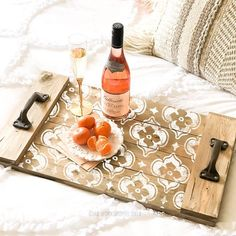 Unique wooden serving tray with white pattern wine bottle elegant tall glass and tangerines Diy Wood Projects, Wood Crafts, Wooden Serving Trays, Diy Workshop, Diy Holz, Wood Tray, Tray Decor, Wooden Diy, Wood Pallets