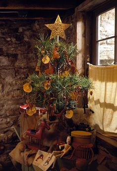 Early US style Christmas tree . Traditional, homemade Christmas tree decorations, from dried-fruit slices to a cranberry garland. Homemade Christmas Tree Decorations, Primitive Christmas Decorating, Primitive Country Christmas, Country Christmas Trees, Prim Christmas, Simple Christmas, Vintage Christmas, Christmas Holidays, Christmas Ornaments