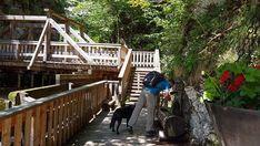 Top Ausflug: Auf dem Holzweg ins Mendlingtal | Wiederunterwegs.com Deck, Cabin, House Styles, Outdoor Decor, Travel, Home Decor, Day Trips, Road Trip Destinations, Summer