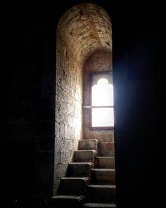 Les remarquables coussièges à degrés de la salle des gardes du #château de #Puivert. #Latergram #aude #jaimelaude #audetourisme #tourismeoccitanie #suddefrance #sud #igersaude #castle #passionchateau #instacastle #instachateau #ruines #medieval #moyenage #middleage