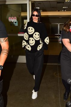 Kendall Jenner's Summer Sweater Sparks Joy - Makeup Looks Classic Looks Street Style, Looks Style, Celebrity Outfits, Celebrity Style, Mode Outfits, Fashion Outfits, Party Fashion, Look Star, Mode Ootd