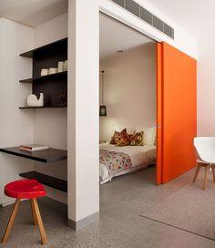 Decoração de: Quarto de casal; porta laranja; Casa de Valentina