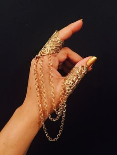 Items similar to Chain Arrow Ring and thumb ring, made with multi dangle chains in gold color and a vintage style filigree, the ring its sizable. on Etsy Hand Jewelry, Cute Jewelry, Body Jewelry, Women Jewelry, Ladies Jewelry, Full Finger Rings, Armor Ring, Jewelry Drawing, Thumb Rings