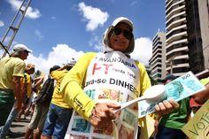 RECIFE (PE) -manifestantes seguram faixaemprotesto nas RUAS lava dinheiro simulando.